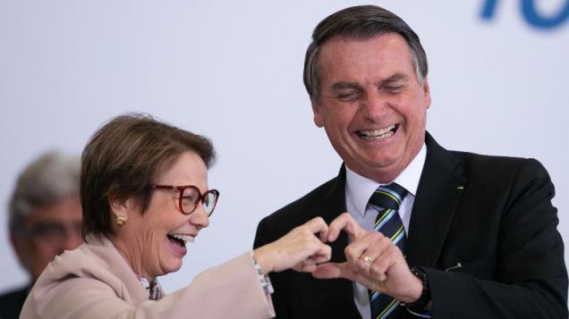 o-presidente-jair-bolsonaro-psl-e-a-ministra-da-agricultura-tereza-cristina-durante-evento-que-marca-200-dias-do-governo-1563484762154_v2_900x506